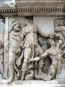 Océano con cola escamada en la Gigantomaquia del Altar de Pérgamo