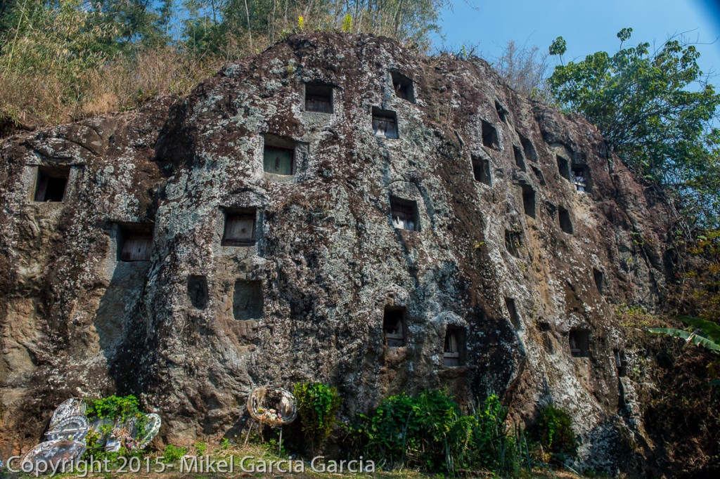 Tumbas en roca