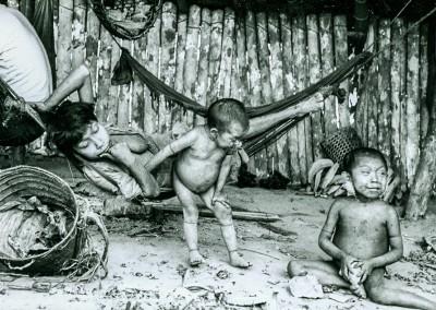 Madre cuida niños